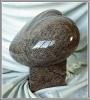 Plastisches Herz aus Granit mit Sockel